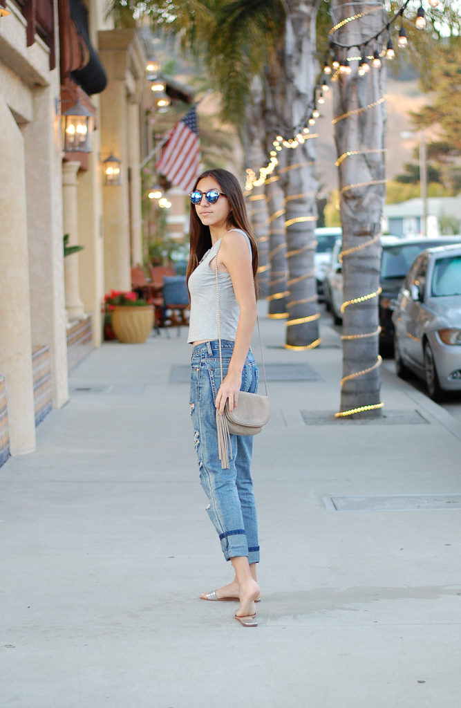 Boyfriend jeans gray top side back